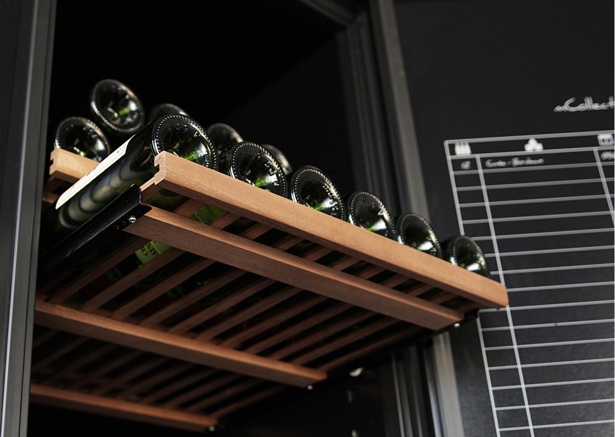 Trähylla med vinflaskor perspektiv underifrån