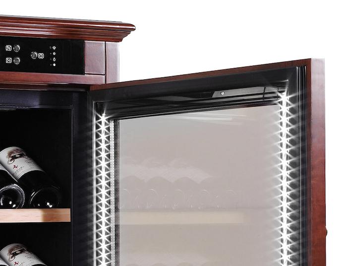 LED-belysning på insidan av dörren på mQuvée vinlagringsskåp