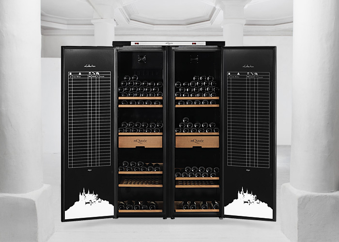 Pampigt vinlagringsskåp i en konstnärlig atmosfär