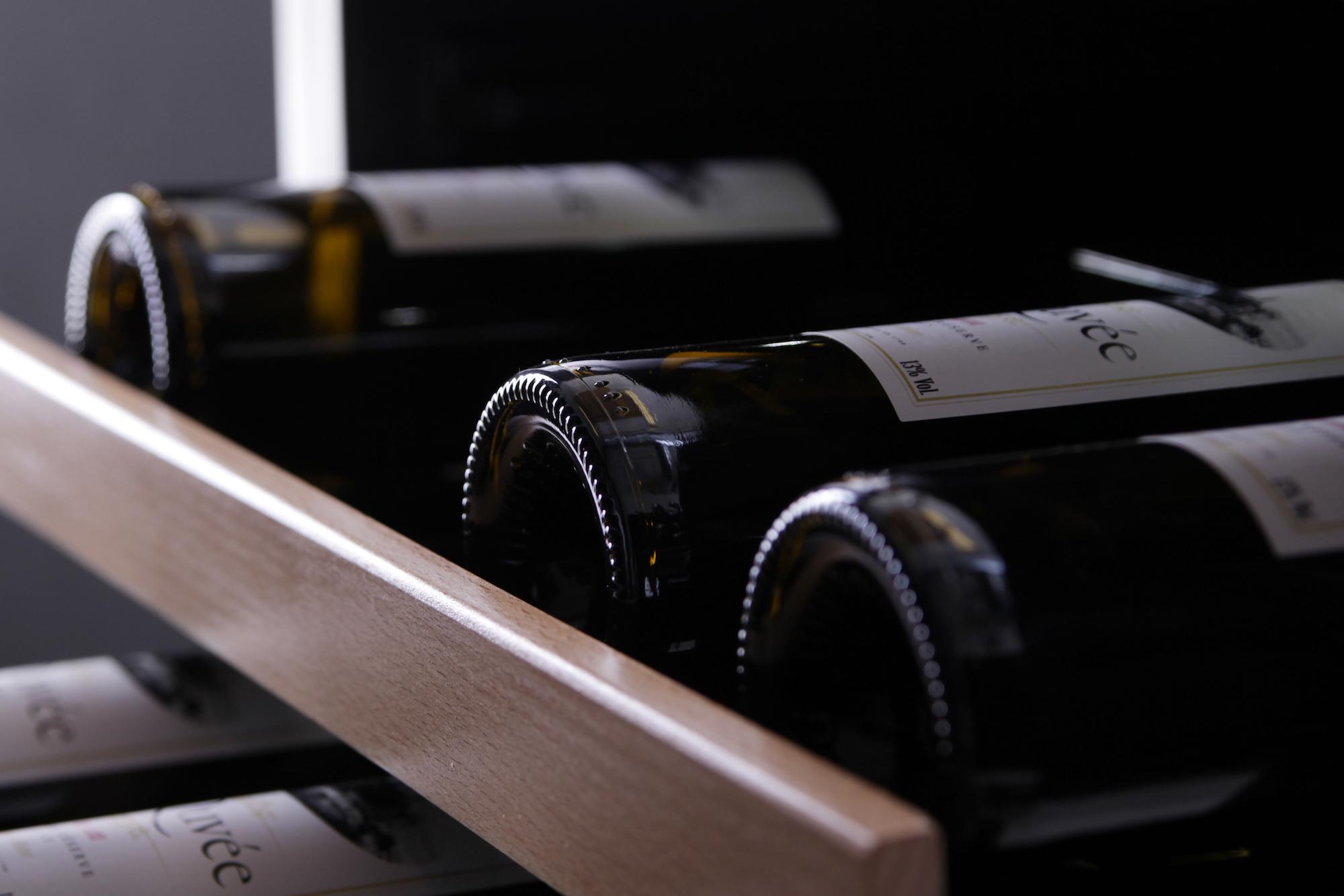 Detaljbild på vinkyl med unik design från mQuvée