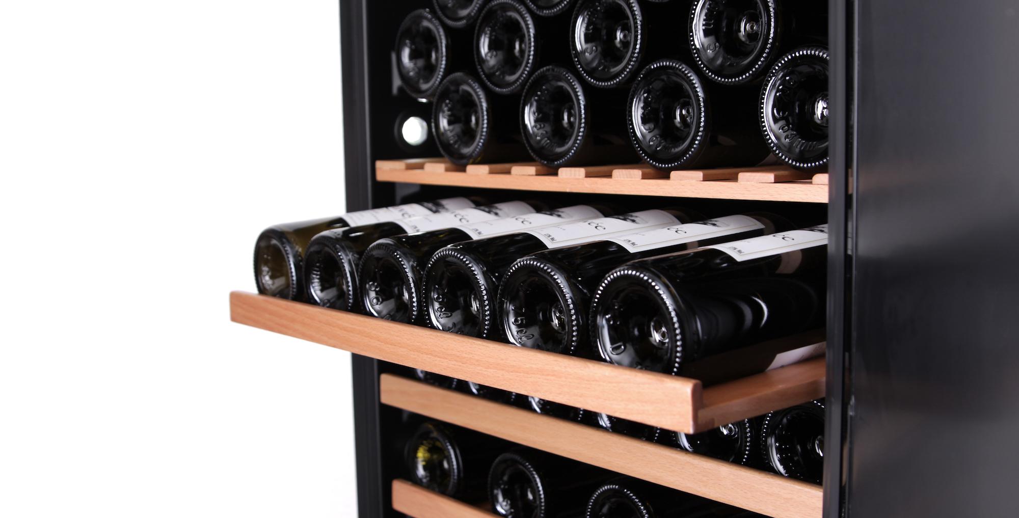 Vinlagringsskåp i svart design med 4 sliding-hyllor