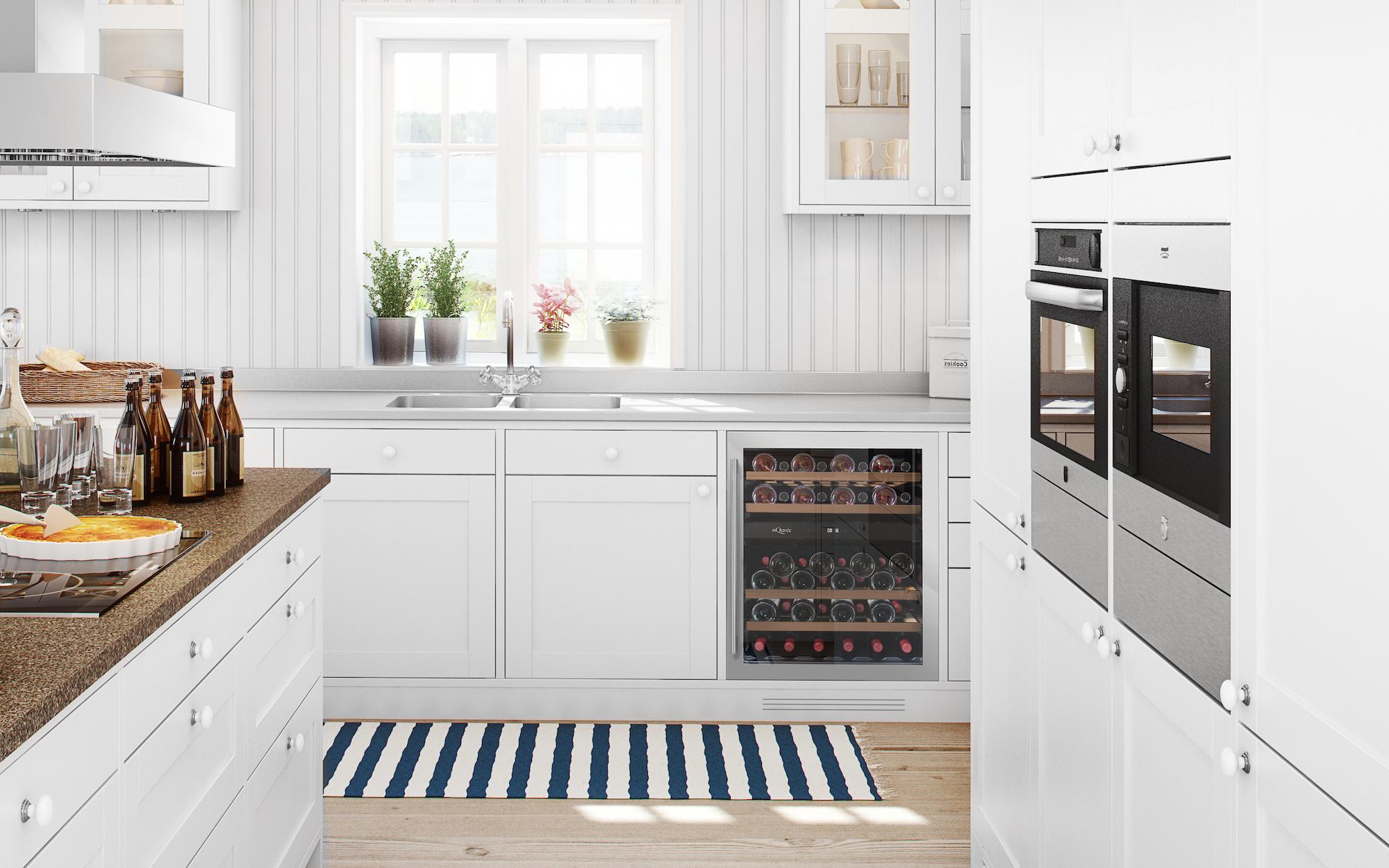 Inbyggbar vinkyl med unik dörr i köksmiljö