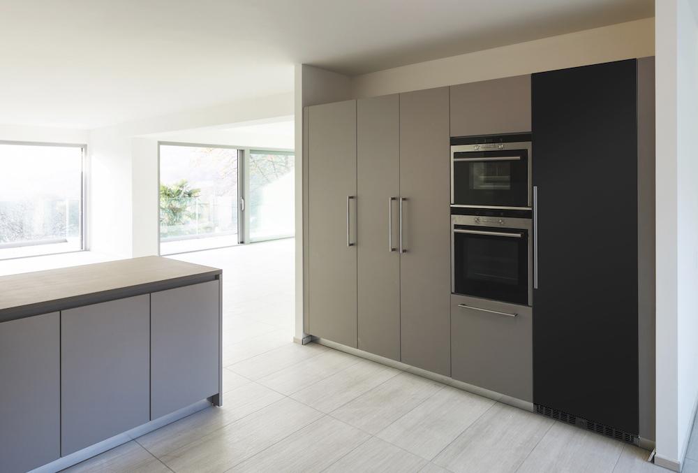Rejält vinlagringsskåp i svart design inbyggt i ljust kök