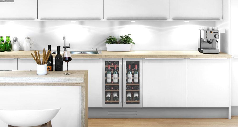 Rostfri vinkyl med presentationshylla inbyggd i stilrent kök
