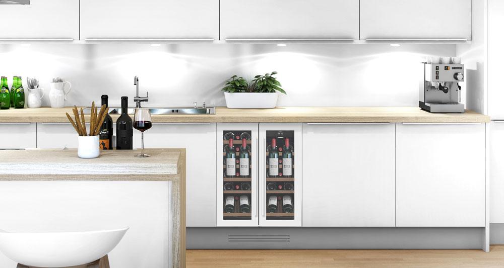 Vit vinkyl med presentationshylla inbyggd i stilrent kök