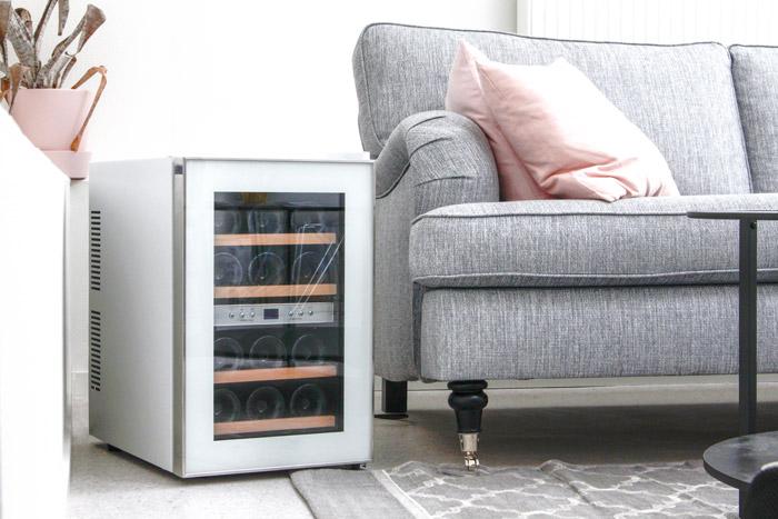 vit fristående vinkyl på golv i vardagsrum