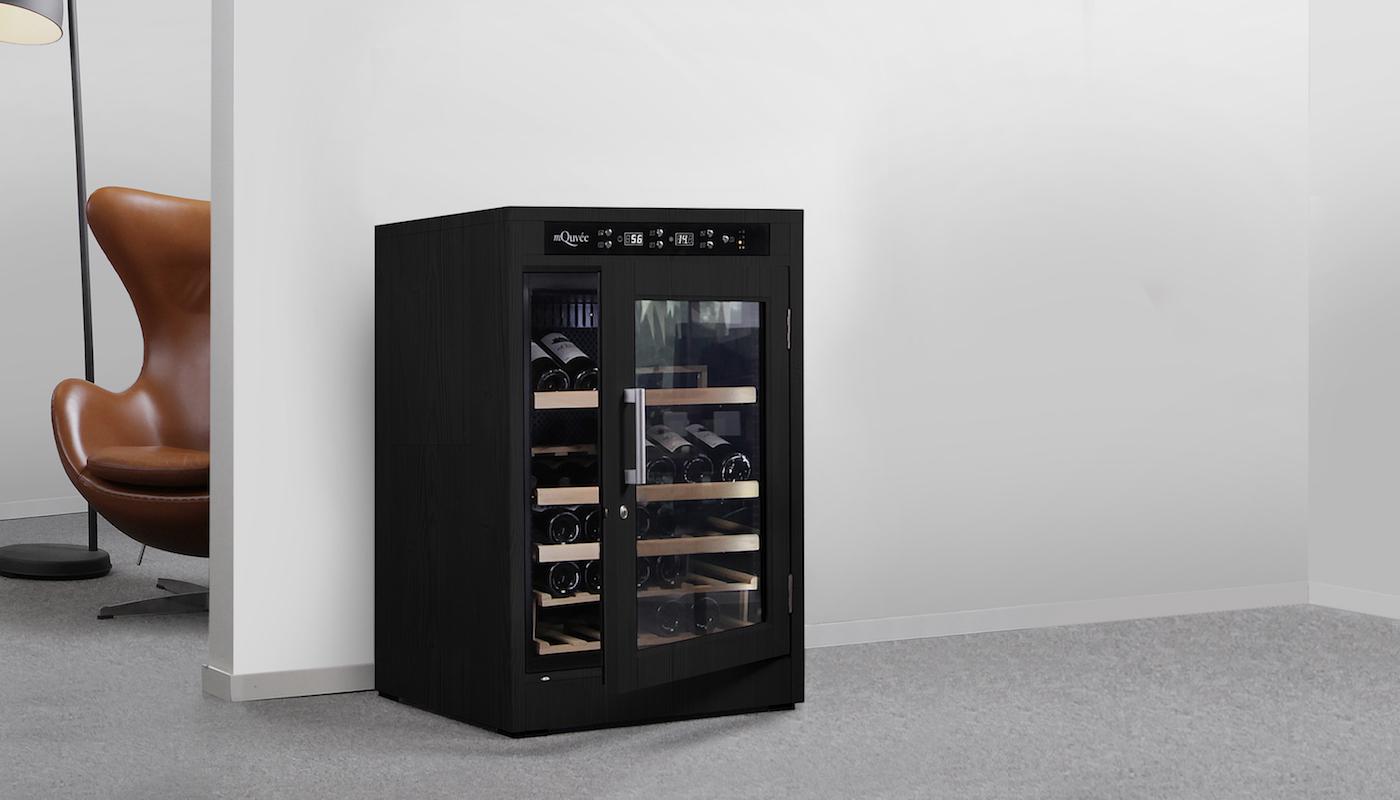 Svart vinlagringsskåp i en modern interiör