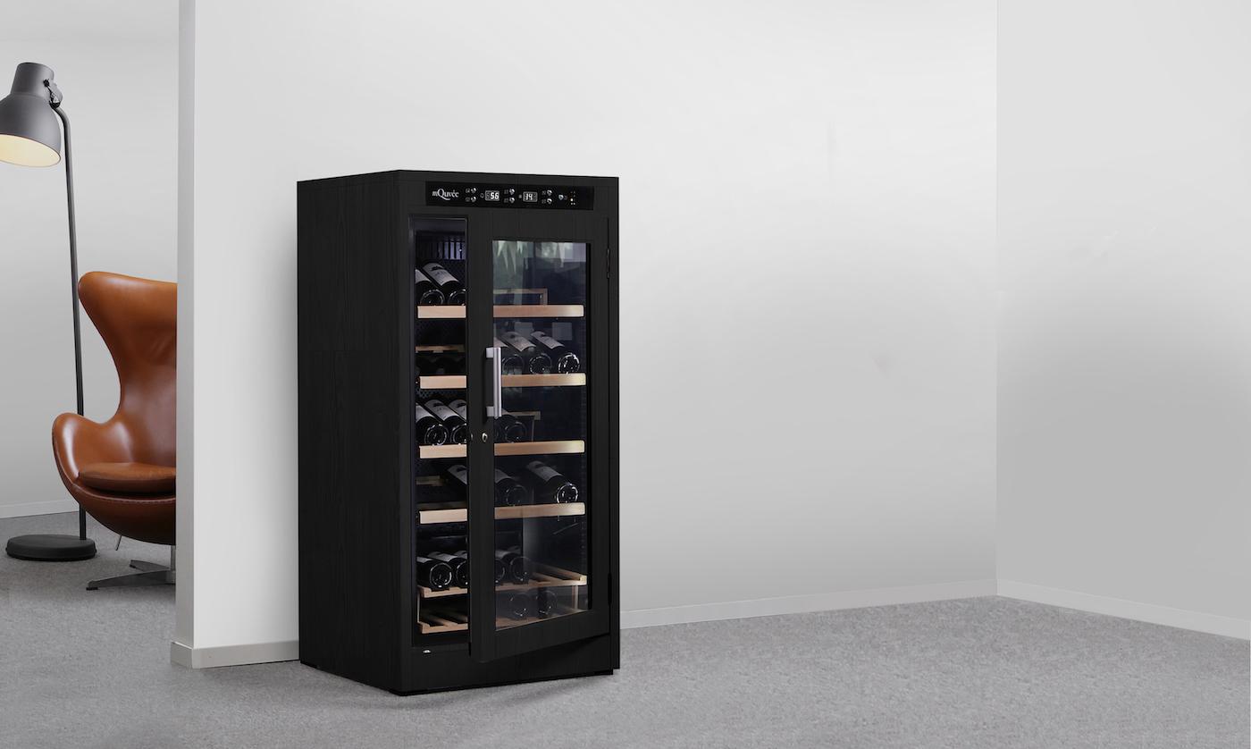 Svart vinlagringsskåp från mQuvée i trivsam miljö