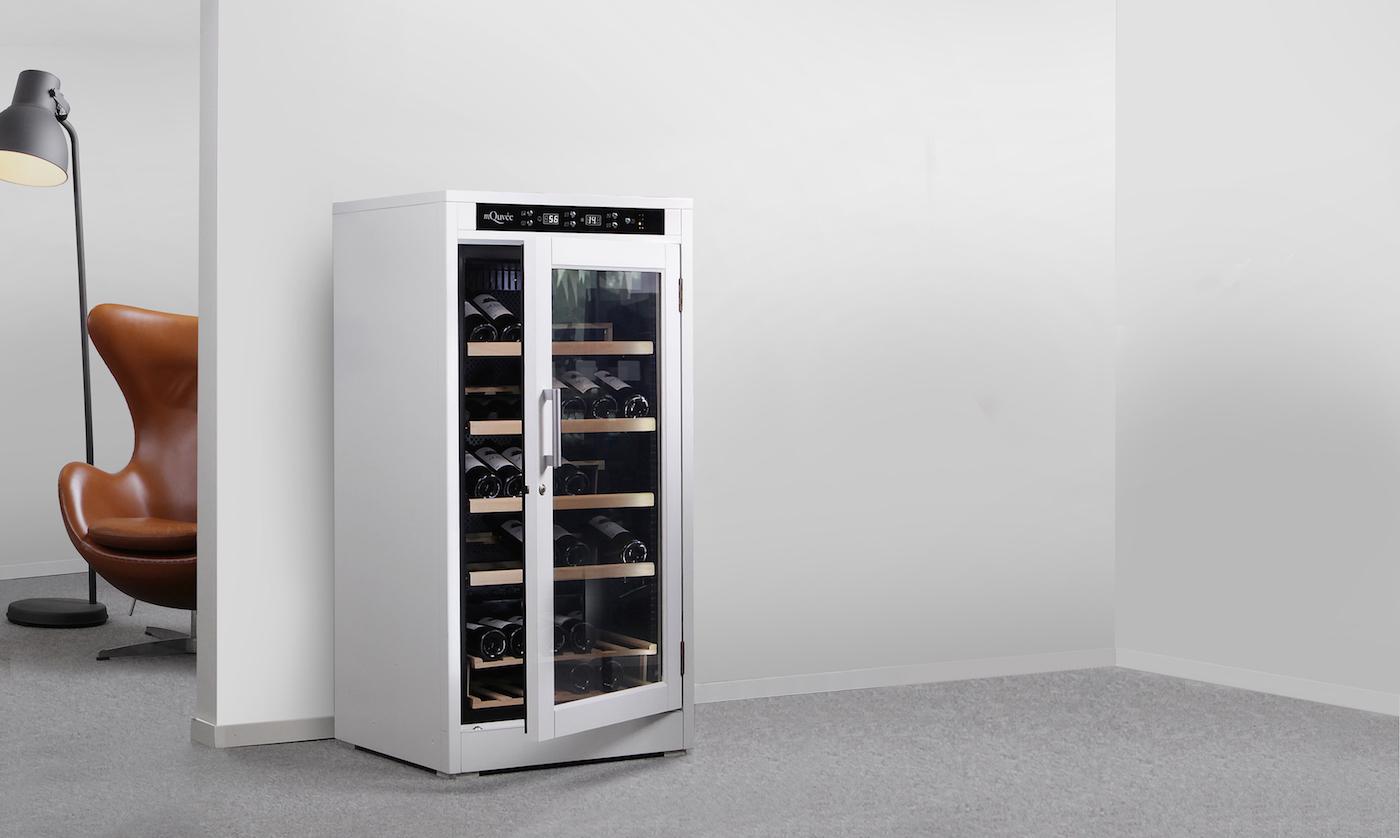 Vitt vinlagringsskåp från mQuvée i trivsam miljö