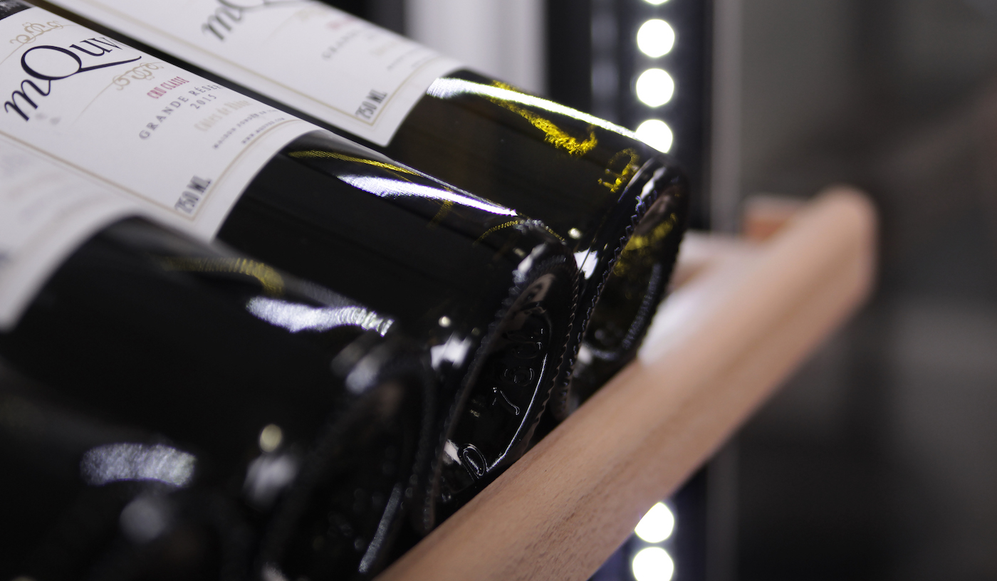 Fristående vinlagringsskåp med hyllor i trä