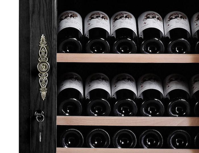 Magnifikt vinlagringsskåp i svart trä med mässingdetaljer