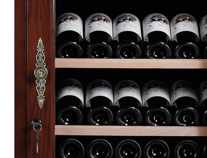 Magnifikt vinlagringsskåp med mässingdetaljer