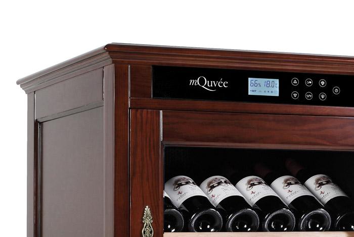 Detaljbild av display på mindre vinlagrignsskåp i rödbrun nyans