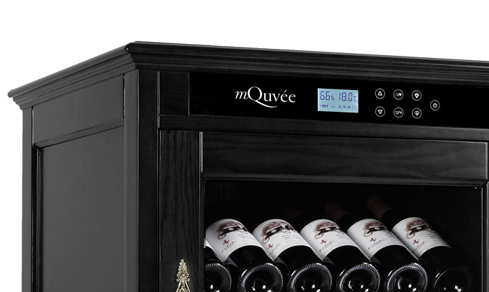 Display på svart vinlagringsskåp från American Oak