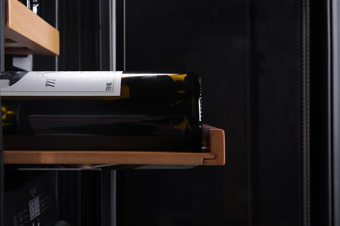 Inbyggbar rostfri vinkyl från mQuvee med utdragen hylla