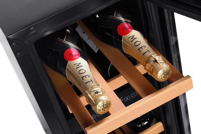 Inbyggbar rostfri vinkyl från mQuvee med vinflaskor på hylla