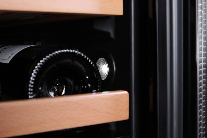 Inbyggbar vit vinkyl från mQuvee detalj