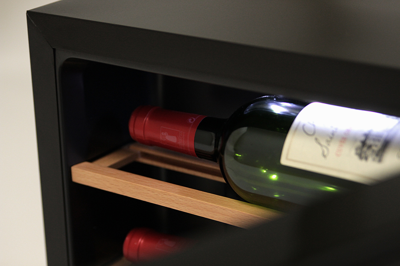 detaljbild vinflaska i svart vinkyl