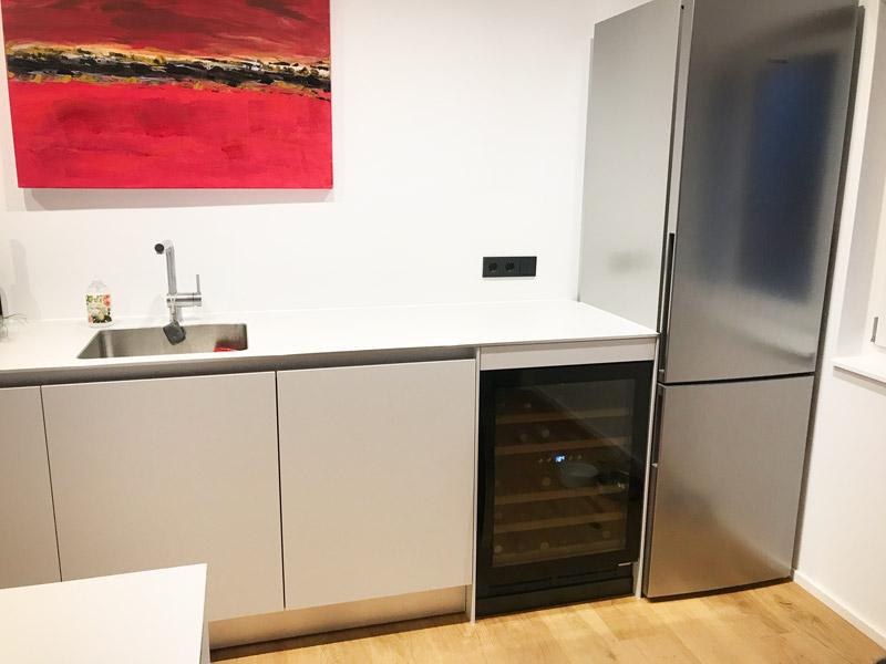 Inbyggbar vinkyl i fullglass black i modernt kök
