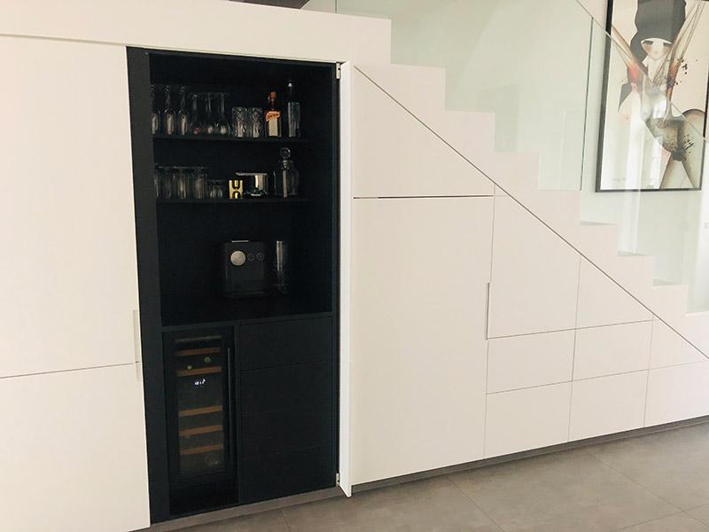 Svart vinkyl från mQuvee inbyggd under köksbänk