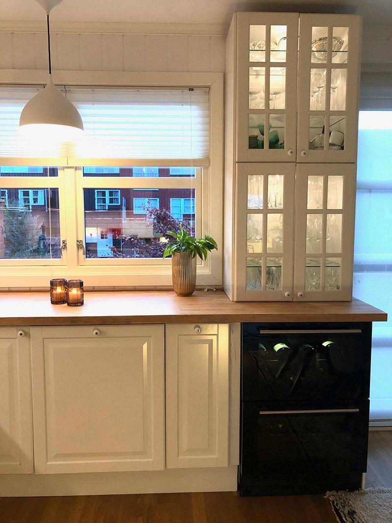Inbyggbar vinkyl från mQuvée i idylliskt kök