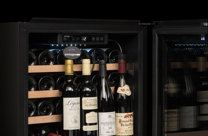 Svart vinkyl med 4 stående viner